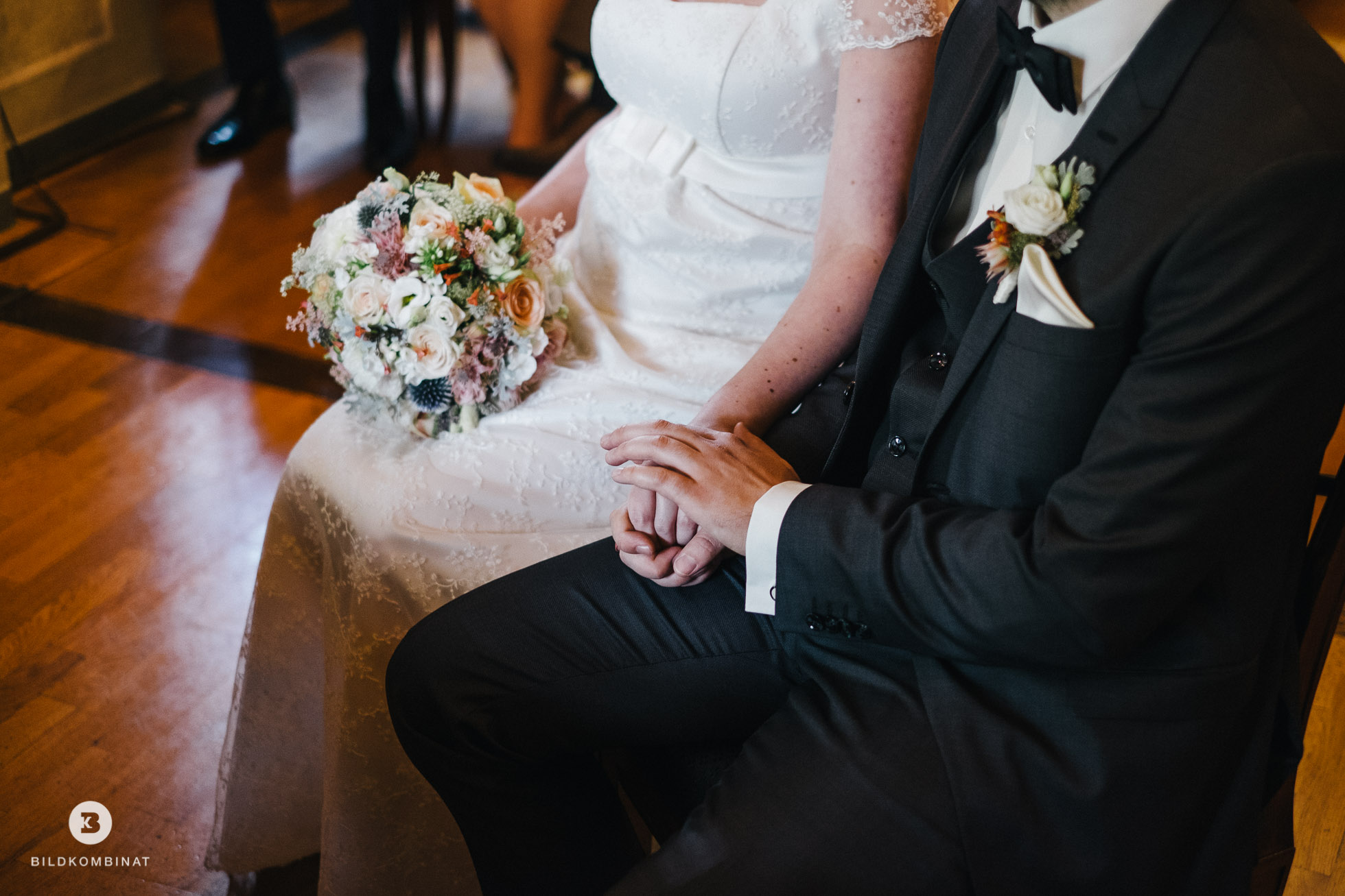 Hochzeitspaar halten sich die Hände