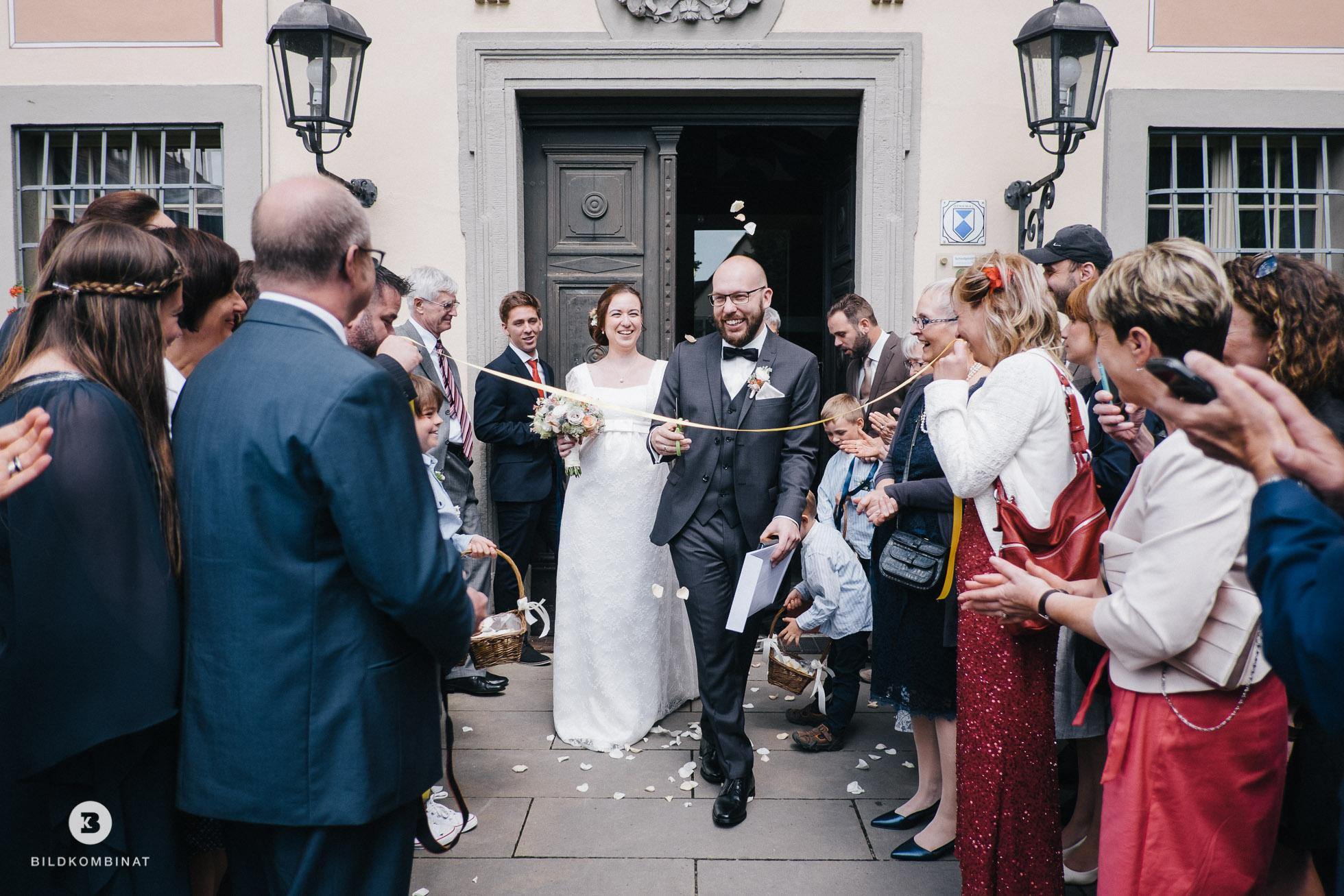 Hochzeitspaar verlässt das Schloss